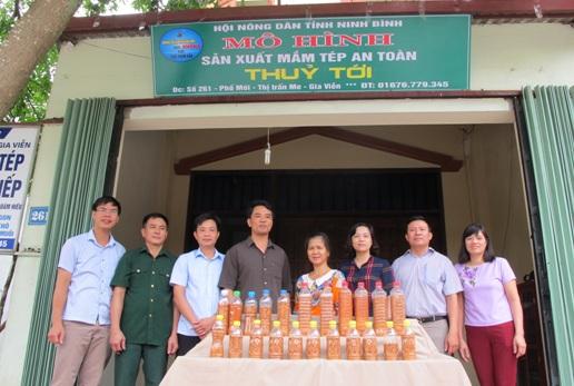Lãnh đạo Hội Nông dân tỉnh gắn biển mô hình nói không với thực phẩm bẩn tại cơ sở mắm tép Thủy Tới
