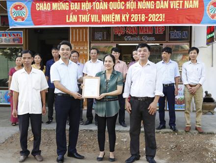 Đ/c Đinh Hồng Thái - TUV, Chủ tịch HND tỉnh trao giấy chứng nhận cơ sở sản xuất mắm tép an toàn cho hộ hội viên nông dân tại thị trấn Me (Gia viễn).
