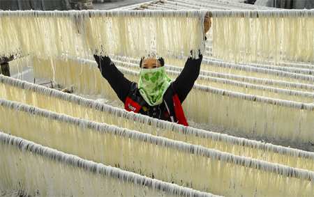 Làm bún khô ở làng nghề bún, bánh thị trấn Yên Ninh (Yên Khánh).