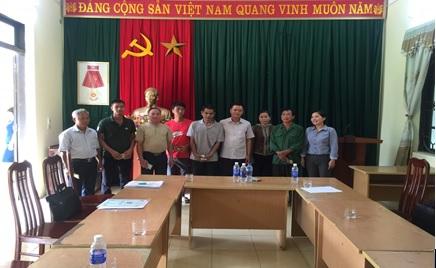 Đ/c Nguyễn Minh Lộc, Phó Chủ tịch Hội Nông dân tỉnh trao vốn vay QHTND cho hộ hội viên nông dân.