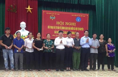 Đồng chí Nguyễn Xuân Định - Phó Chủ tịch BCH T.Ư Hội NDVN trao vốn vay QHTND TƯ cho hội viên nông dân thị trấn Nho Quan (Nho Quan)