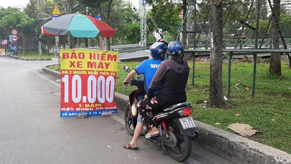 Sợ bị xử phạt người dân Hà Nội đổ xô đi mua bảo hiểm xe máy