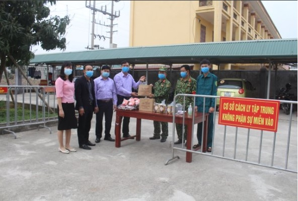 Đ/c Hoàng Ngọc Chinh - Phó chủ tịch HND tỉnh tặng quà tết cho người dân trong khu cách ly do dịch bệnh CoVid-19.