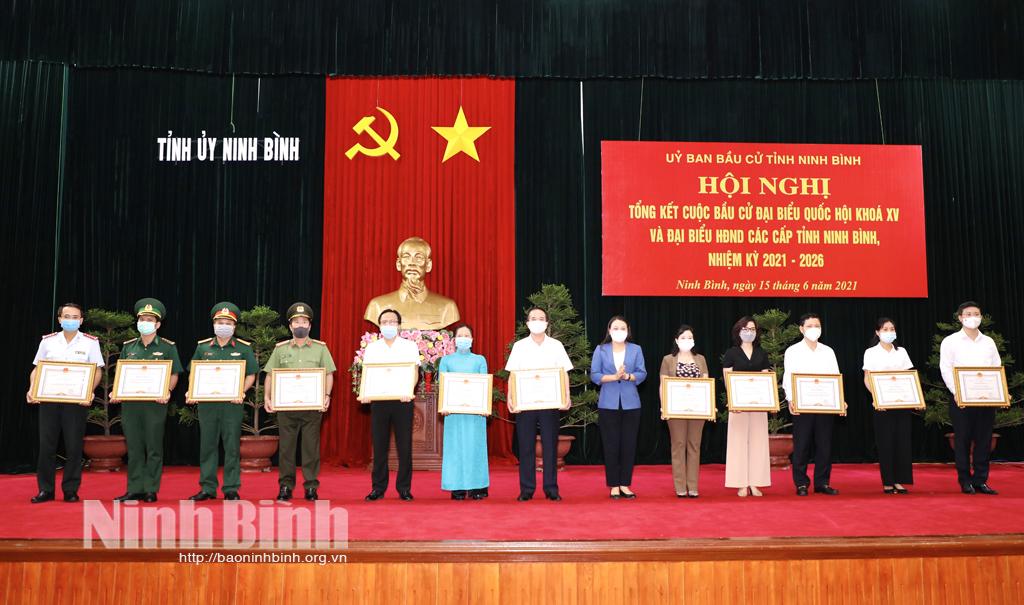 Đồng chí Bí thư Tỉnh ủy Nguyễn Thị Thu Hà trao bằng khen cho các tập thể có thành tích trong công tác bầu cử.